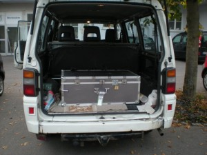 Il baule con le opere d'arte nel van di Uko